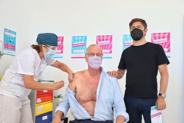 Daniel Gollan y Axel Kicillof en el vacunatorio