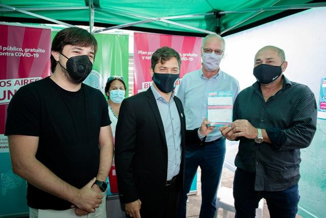 Kicillof y Secco visitaron el operativo de vacunación en Ensenada