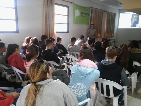 con estudiantes en la Chacra de Tres Arroyos