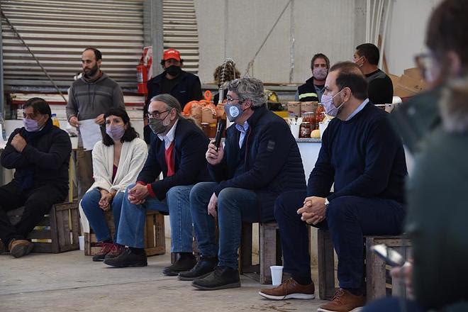 Rodríguez y Basterra participaron de la entrega de maquinaria a productores