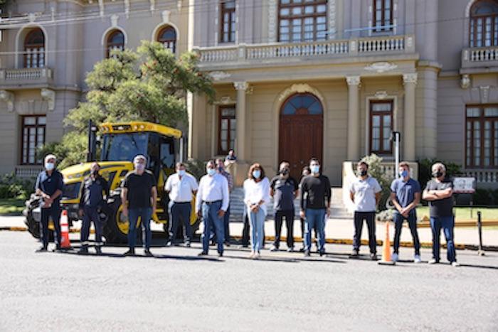 El MDA entregó en Benito Juárez la primera maquinaria del Plan de Mejoras de Caminos Rurales