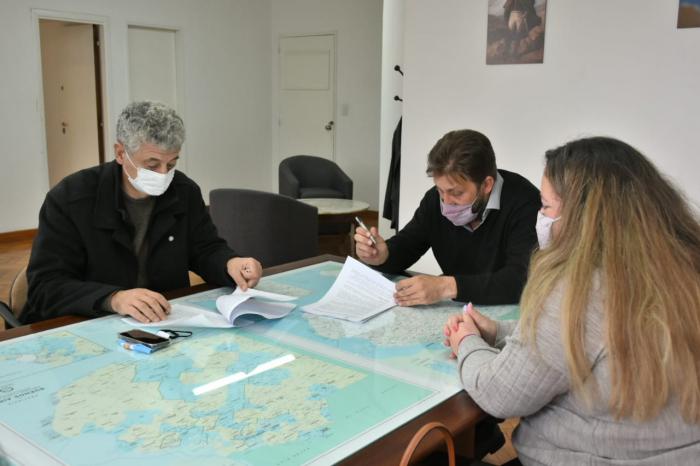 Diego Menéndez en la firma de los convenios
