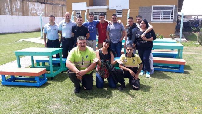 Donamos bancos y mesas a un comedor comunitario de Quilmes