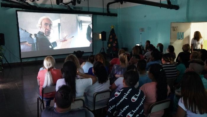 Inauguraron una videoteca con más de 500 películas en una de las cárceles de mujeres de Los Hornos