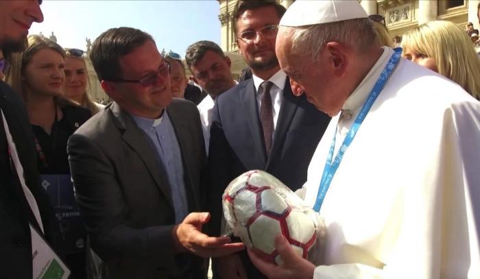 Enviamos al Papa Francisco una pelota confeccionada por internos de la cárcel de Trenque Lauquen