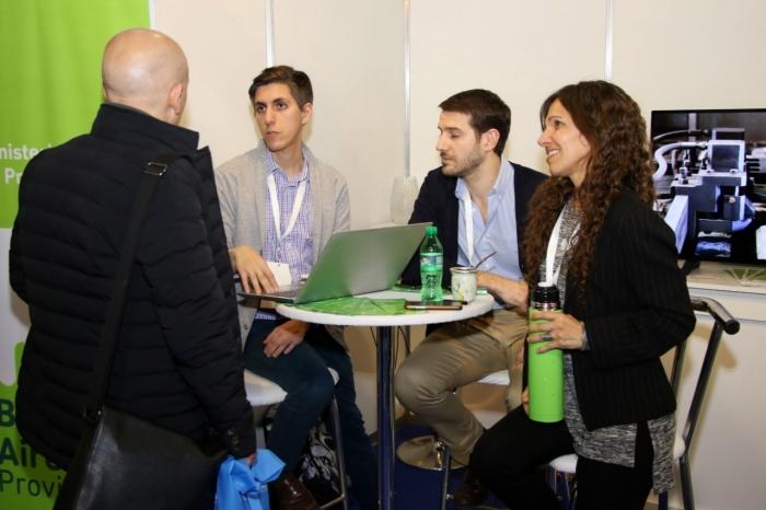 Emprendedores y empresarios se capacitan sobre el programa Mejora Productiva en el Stand del Ministerio de Producción Bonaerense