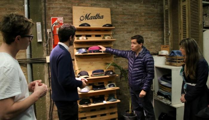 """Los emprendedores de la firma """"Martha"""" exhiben sus productos al Ministro Javier Tizado"""