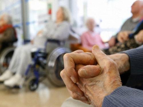 Al 1 de junio, se confirmaron:  129 casos de COVID-19 vinculados a establecimientos para personas mayores  84 permanecen a la es