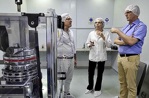 """El ministro de Salud provincial recorrió ayer las instalaciones del Instituto Biológico """"Dr. Tomás Perón"""" acompañado por el Dir"""