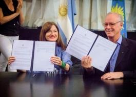 La ministra Estela Díaz y del ministro Daniel Gollán durante la firma