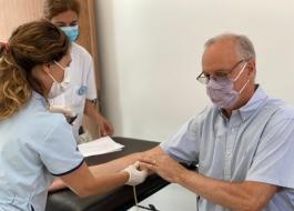 El ministro Gollan durante la extracción de sangre para el estudio