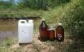 Frascos para análisis químicos de agua superficial del río Luján.