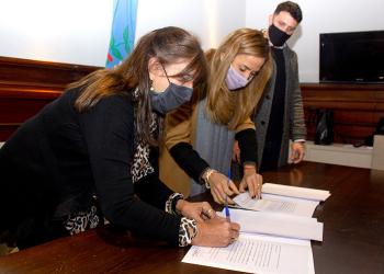 Teresa García junto a Victoria Tolosa Paz y Patricio Zalabardo.