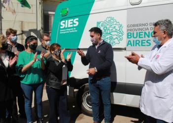 Navarro y Anadón entregan la llave de la ambulancia al intendente Villagrán.