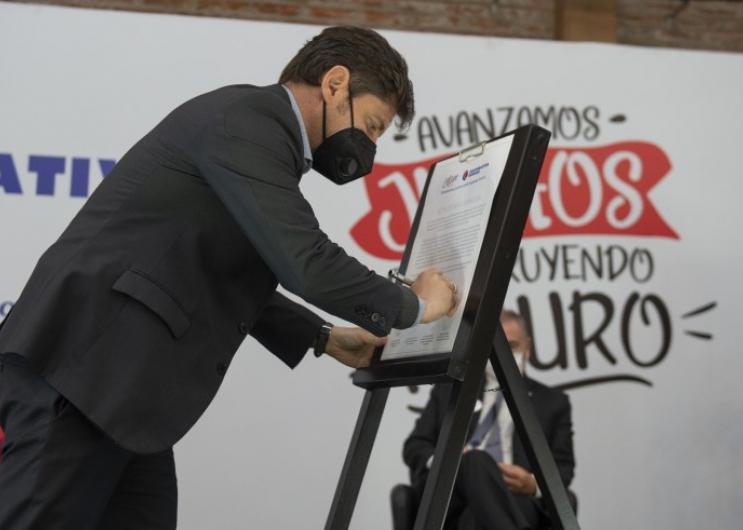 Kicillof participó del acto por los 100 años de la Cooperativa Obrera y del anuncio de inversiones en el puerto