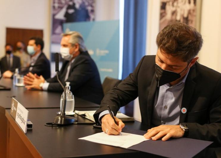 Fernández y Kicillof firmaron convenios con la CAF