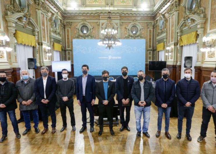 Axel Kicillof junto a Ministros e Intendentes
