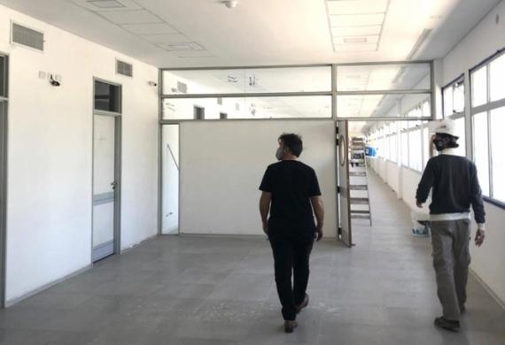 El director provincial de Arquitectura, Rodolfo Macera, supervisando avances en el Hospital.