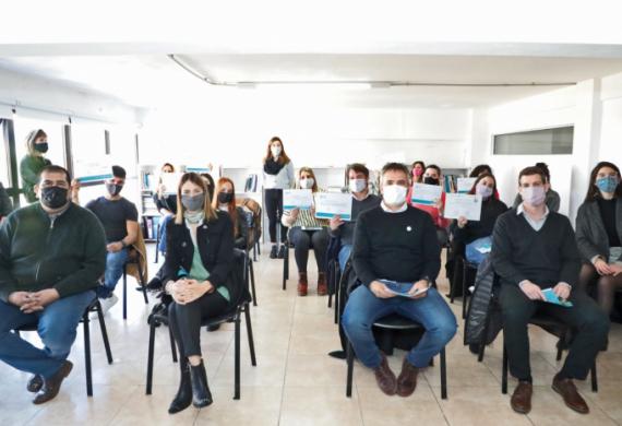 Foto de los alumnos con sus diplomas junto a las autoridades