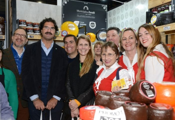 Fabian Perechodnik, Leonardo Sarquís, Javiert Tizado y Martina Pikielny junto a productores y expositores bonaerenses
