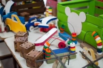 Donamos a un jardín de infantes juguetes elaborados por internos de la unidad 7 de Azul