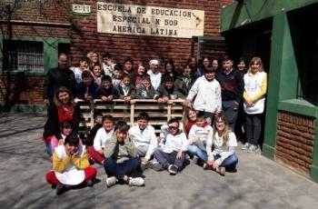 Donamos mobiliario fabricado por internos a una escuela especial de Batán