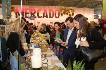 Productores bonaerenses exponen sus productos. El Ministro Javier Tizado recorre la feria.