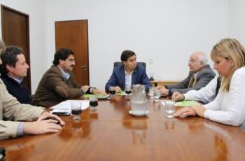 Imagen de firma del convenio. Ministros Tizado, Sarquís y Sanchez Zinny con autoridades empresarias.