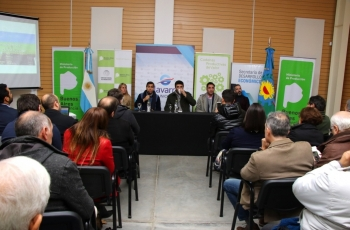 El Ministro Javier Tizado y el Intendente Javier Galli, acompañado de otros funcionarios provinciales realizan la presentación