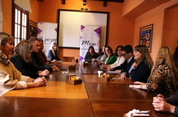 Mujeres emprendedoras de Bahía Blanca reunidas junto al ministro Tizado y el intendente Gay