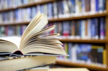 Libros en primer plano y de fondo biblioteca fuera de foco